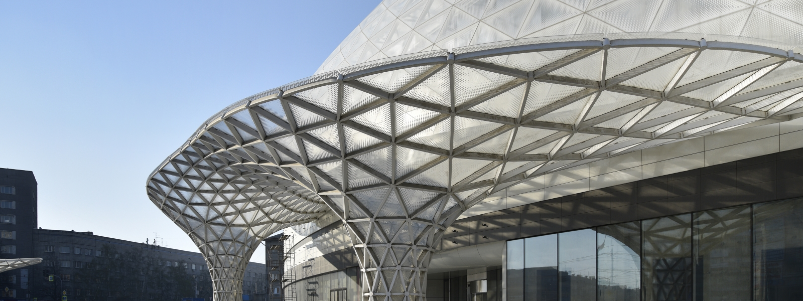 work-ОБЛАКО. Пространственная конструкция декоративного фасада, входной группы и куполов ТК «Европейский» по адресу: Новосибирск, ул. Танковая 2